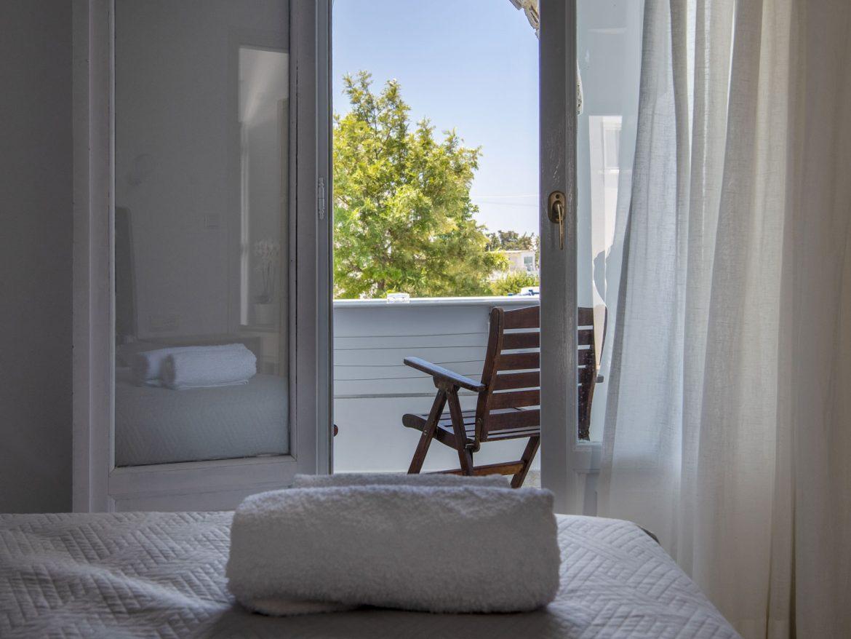Τρίκλινο δωμάτιο με θέα την πισίνα